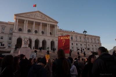Talouskuripolitiikkaa vastustavia mielenosoittajia Portugalin parlamenttitalolla tammikuussa 2012. Kuva: Diogo Duarte, CC BY-SA 2.0